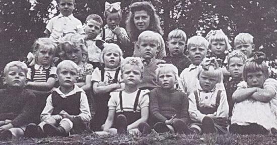 Kleuterschoolfoto uit 1948 met kleuterjuf Heikens en helemaal links vooraan Hemmo Blaauw