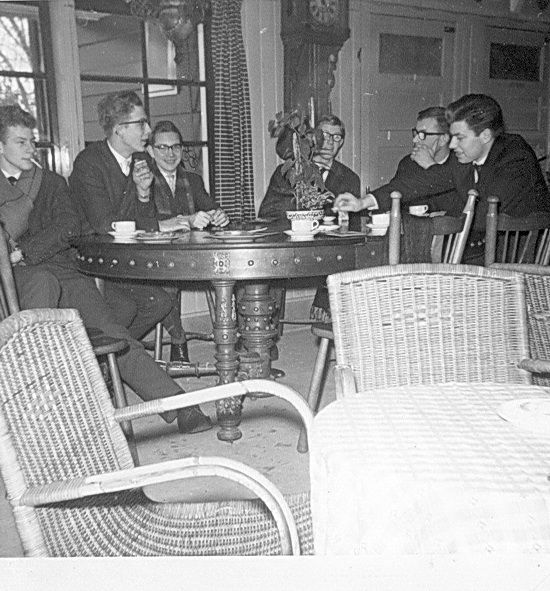 Een deel van de groep Instuifjongeren die deelnamen aan de reis naar Bunnik, in het Theehuis. Vlnr: Riekus Niewold, Gerrie de Grooth, Harrie Hoogstraten, KOert Schröder, Jacob Stijkel en Folly Brijk.