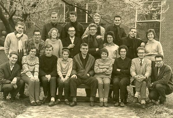 Foto kweekschoolklas voor het oude gebouw aan de Engelselaan in Winschoten, plm.1963? Middelste rij, helemaal links, met gebreide das, Hemmo Blaauw. (In het midden leraar ds.Rawie, de vader van poëet Jean-Pierre)