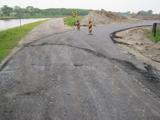 Het begin/einde direct ten westen van de spoorbrug. Dit moet nog worden afgewerkt. Een lastige bocht voor hardrijders....