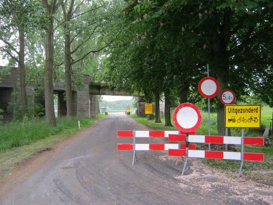 Aan de oostkant van de spoorbrug wordt niet op een bord meer of minder gekeken.....