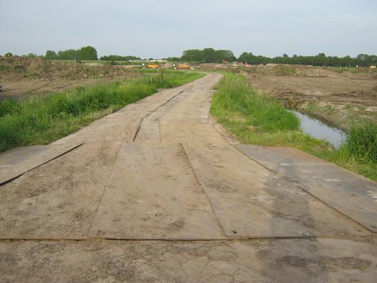 Het westelijke deel van de oude Mokkenburgweg, dat al officieel uit de wegenlegger is gehaald, niet meer bestaat, gaat ook daadwerkelijk verdwijnen. Beeld van deze weg vanaf de Datemaboerderij.