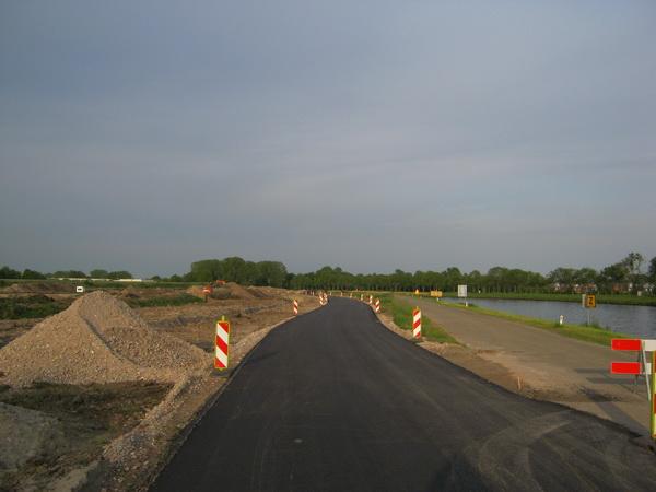 De nieuwe, geasfalteerde kanaalweg in sfeervol avondlicht! Van west naar oost, ópen! Het oude tracé is inmiddels afgesloten.