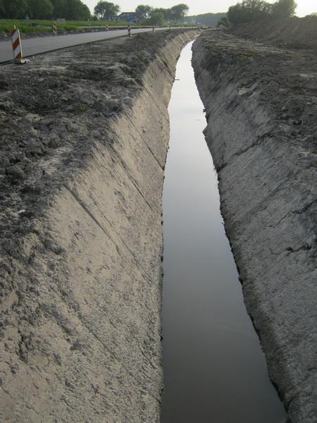 De nieuwe afwateringssloot aan de zuidkant van het perceel. De kavel wordt verder niet meer doorsneden door sloten of kanaaltjes. Ook het oude deel van de Schipsloot is weggewerkt. (Voor de goede orde: Alleen aan deze kant van het spoor....)