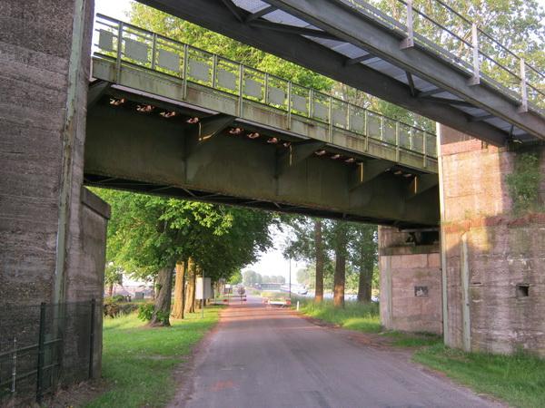 De oude spoorbrug die dateert van het begin der dertiger jaren. Als de bochtverruiming klaar is, komt de spoorbrug aan de beurt. Is het misschien al wel 2015....