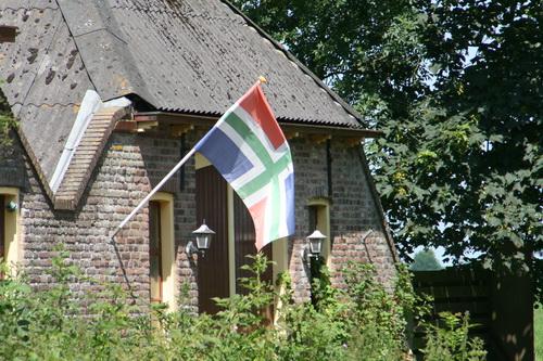 Op het achtererf van woonboerderij Mokkenburg wappert de Groninger vlag. Bewoner thuis? (Of geldt die regel alleen bij Commissarissen van de Koning?)