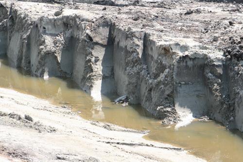 De bochtverruiming van het Van Starkenborghkanaal vergt heel wat gegraaf..... En afvoer van de afgegraven grond: Bultje, bultje, kan nog meer bij!