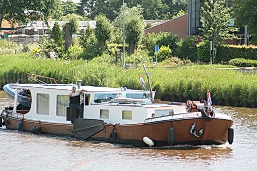 Het is blijkbaar het weekeinde van de bijzondere binnenvaarders. Een vriendelijk zwaaiende bootbezitter!