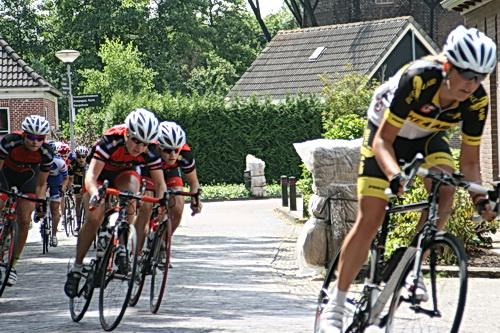 Rechts op de voorgrond een jong talent van de formatie Bike4Air, de ploeg die ook staat afgebeeld op het ronde-affiche. Of is dit Fianne Stenveld? Uit Garnwerd?