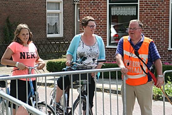 Een eresaluut aan alle vrijwilligers die de Ronde hielpen te realiseren. Hier Jan Geertsema in beeld, 'beëdigd verkeersregelaar'! Bovendien weet hij uitstekend om te gaan met het publiek. Dit zijn de mensen die je niet wilt missen!