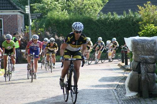 Daniëlle Lissenberg, viervoudig Rondewinnaar, laat er geen twijfel over bestaan dat ze er deze middag nog eens voor wil gaan! Ivana Tiessens, links, volgt sterk. Het voordeel van de eerste startlijn....
