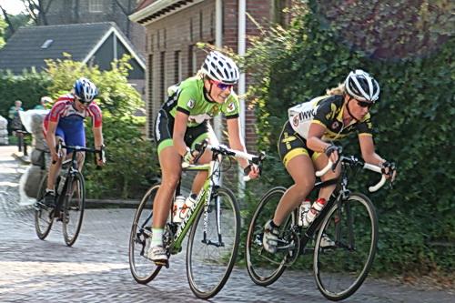 Hier de drie koplopers met de leidende Daniëlle Lissenberg en Ivana Tiessens (Zuidhorn) daar vlak achter. Nummer 3? Naam vergeten.... (Shame on you, JB!)