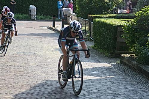 Hé, dit kon wel eens de beslissende jump zijn van latere winnares Karen Elzing uit Schoonebeek. Talent heeft ze, en kracht deze keer ook, en koersinzicht! En een goede coach, Thijs Rondhuis!