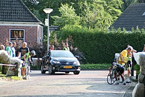 O, o.... HIer ging het even faliekant mis..... Een valpartij waarbij in ieder geval drie groenhemden zijn betrokken. Voornaamste slachtoffer: Janneke Ensing, winnares in 2012. Heel jammer, ook voor de wedstrijd zelf. Niet alleen zij valt uit (vooral vanwege de kapotte fiets), ook twee anderen kunnen niet verder: Inge Visser (Leeuwarden) en Harriette Keuning-Knol (Tolbert). Nee, gelukkig geen brancards of ambulances.... Beterschap!