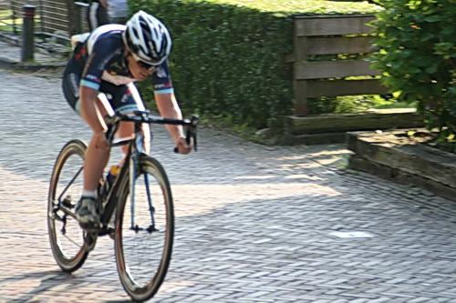 Kijk, zo fietst een 'winner'! Hier gaat Karen Elzing (Schoonebeek) na een alles beslissende demarrage. Er zijn nog heel wat kilometers voor de boeg, maar ze blijft weg, uit de greep van de achtervolgers!