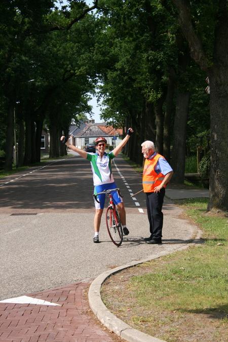 """Nee, we eindigen niet in treurigheid... Dank voor alle mensen die bijdroegen aan het welslagen van de 8 Rondes, met name aan """"Miss Ronde van Noordhorn"""" Digna Achterhof! (Al doet haar zegevierend gebaar uit 2008 hier wat komisch aan...)"""