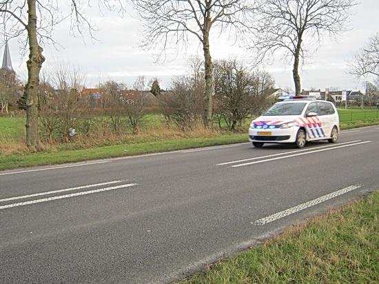 Op de N355 laat een politieauto geen twijfel bestaan over de noodzaak binnen de kortste keren te bestemder plekke te komen. Secondenwerk met sireneondersteuning!