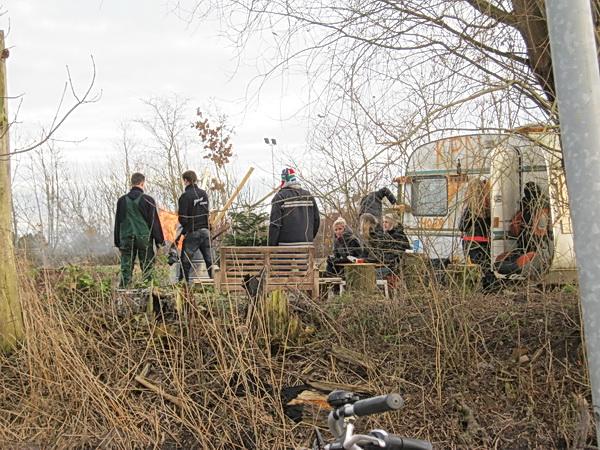 De caravanwerkgroep neemt de terreinbeperking voor lief, maar weet desondanks een eindejaars feestje te bouwen, met verwarmend vuur.