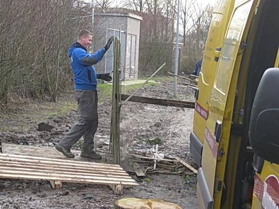 Aanvoer van brandhout, ook de bezigheid verwarmt....