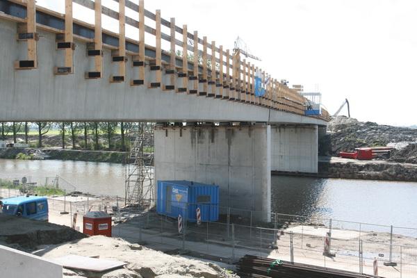 Nieuwe, vaste, hoge brug aan de westzijde, van noord naar zuid...