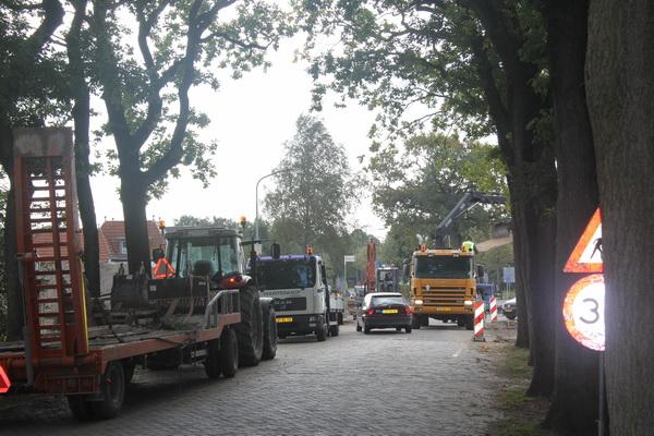 Een drukte van belang op en nabij de 'noodweg': Grijpers, vrachtwagens, mannen met oranje hesjes, al of niet gehelmd....