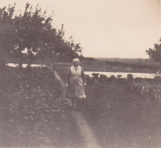 """Moeder op het tuinpad"", september '48"