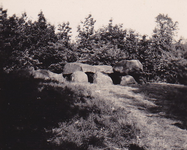LJL Hunebed bij Exloo 1949